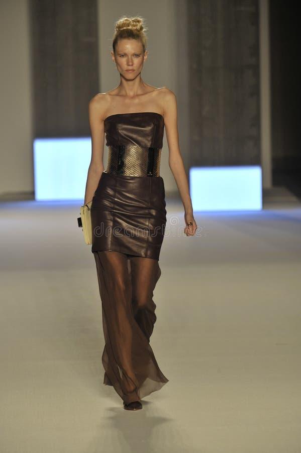 Модель идет взлётно-посадочная дорожка во время выставки Aigner как часть недели моды милана стоковое изображение rf
