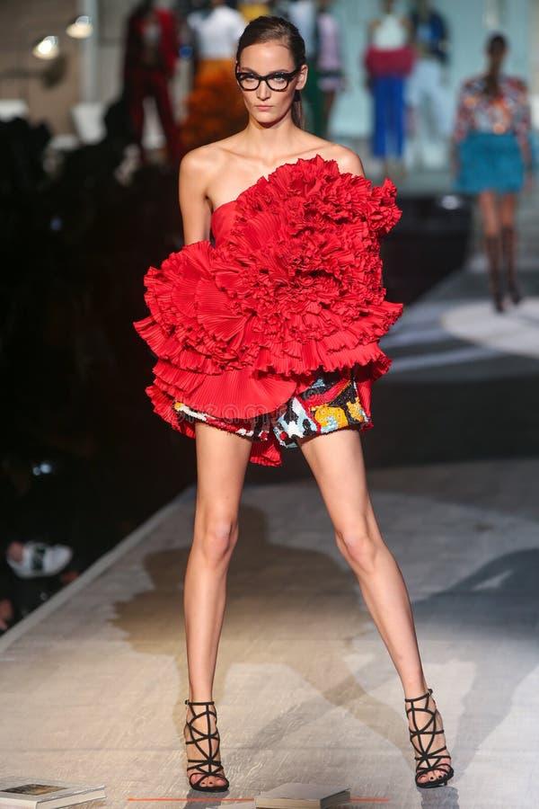 Модель идет взлётно-посадочная дорожка во время выставки DSquared2 как часть недели моды милана стоковая фотография