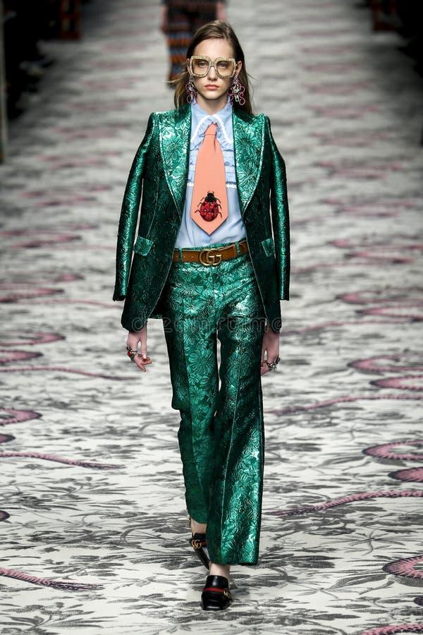 Модель идет взлётно-посадочная дорожка во время выставки Gucci стоковое фото