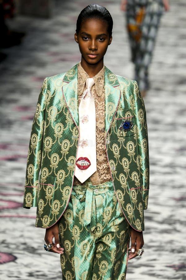 Модель идет взлётно-посадочная дорожка во время выставки Gucci стоковое изображение