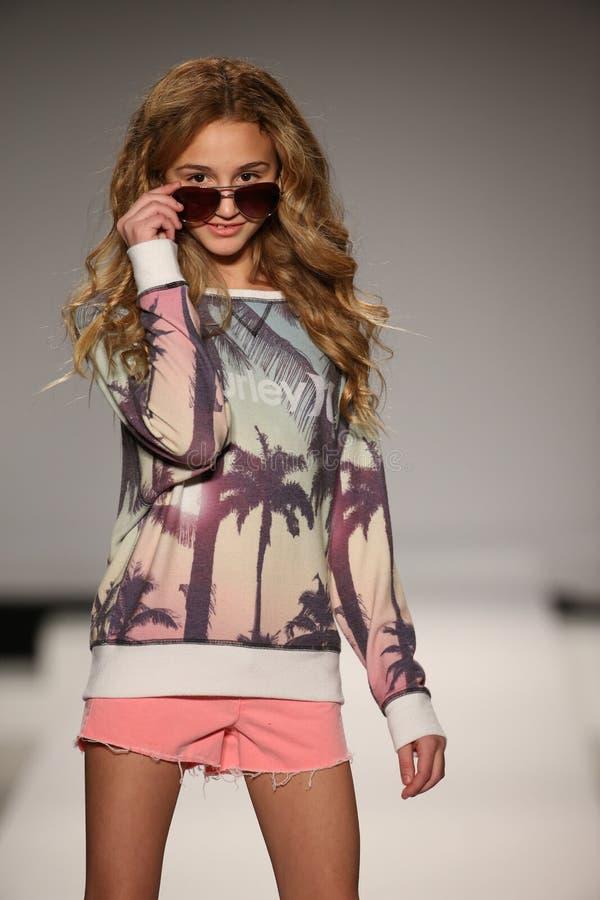 Модель идет взлётно-посадочная дорожка на модный парад детей Левия Найк во время падения 2015 недели моды Мерседес-Benz стоковая фотография
