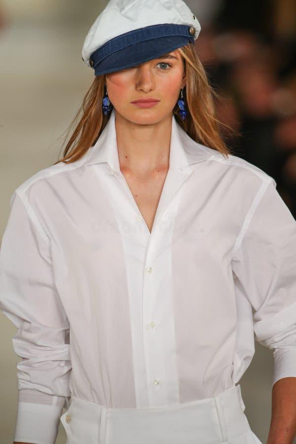 Модель идет взлётно-посадочная дорожка нося весну 2016 Ральф Лорен во время недели моды Нью-Йорка стоковые изображения rf