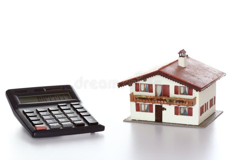 Модель и калькулятор дома стоковые изображения rf
