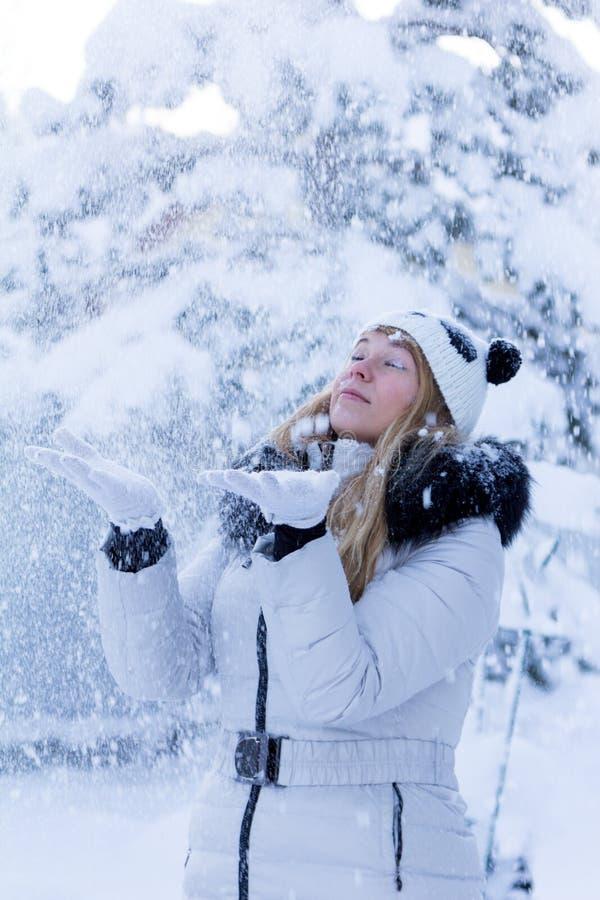 Модель и снег стоковые фотографии rf