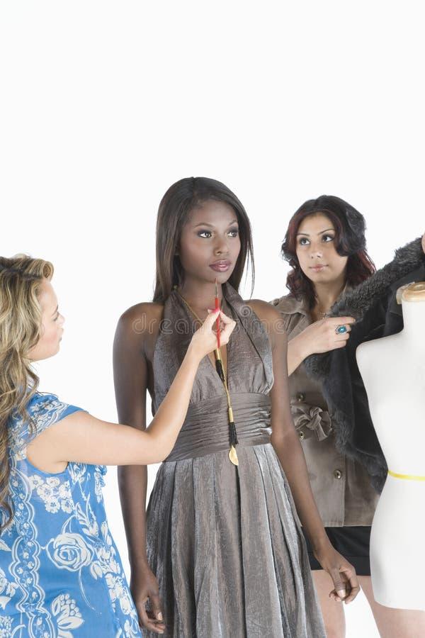 Модель и 2 стилизатора моды стоковые фотографии rf
