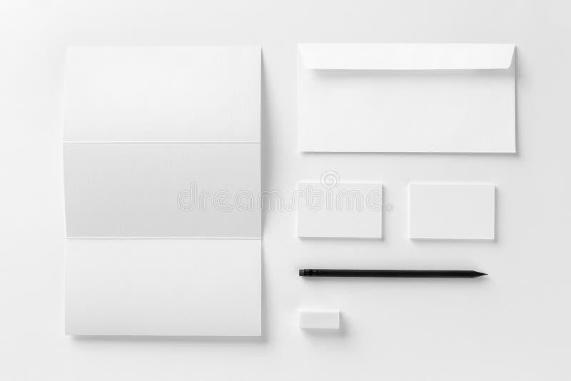 Модель-макет корпоративных канцелярских принадлежностей установленный Пустой белый текстурированный ID e бренда стоковая фотография