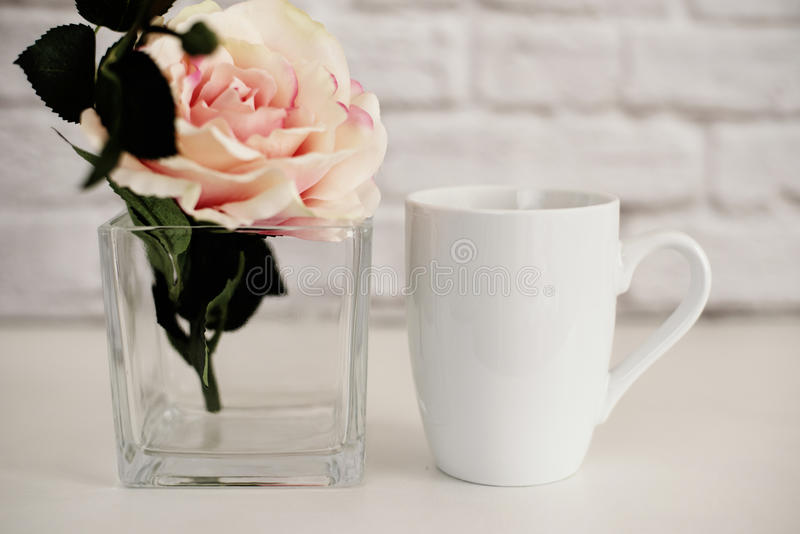 Модель-макет кружки Шаблон кофейной чашки Шаблон дизайна печатания кружки кофе Белый модель-макет кружки пустая кружка Модель-мак стоковые изображения