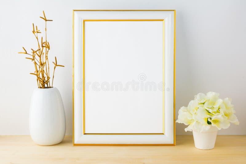 Модель-макет рамки с белым цветочным горшком стоковая фотография rf