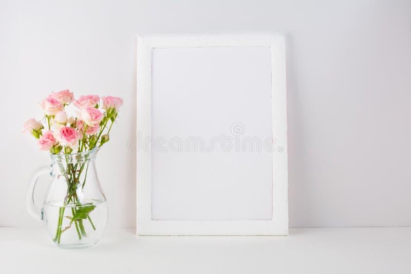 Модель-макет рамки с розовыми розами стоковое изображение