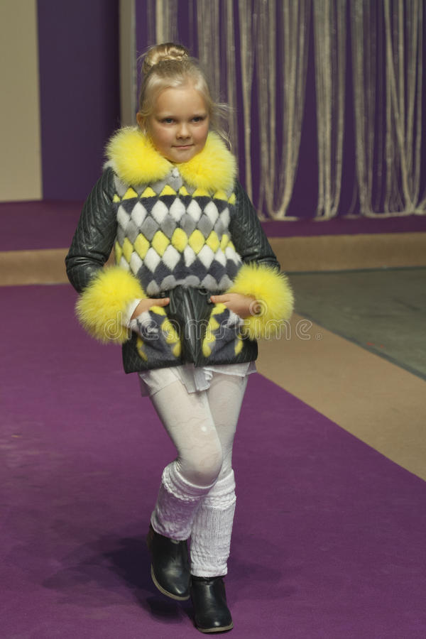 Модель маленькой девочки на моде 2014 Kyiv стоковые фотографии rf