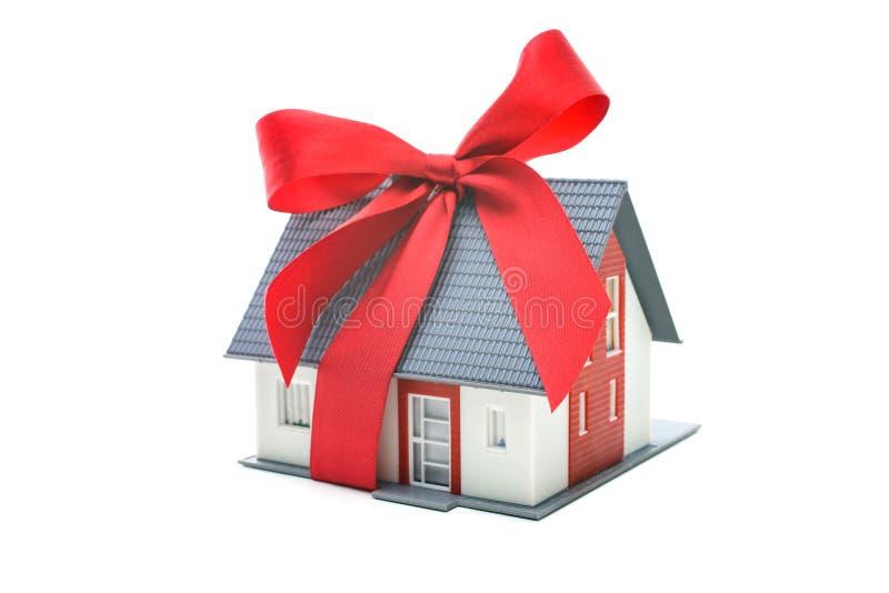 Модель дома архитектурноакустическая с красным смычком стоковое фото rf