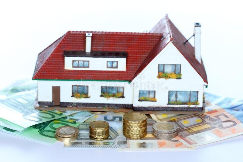 Модель дома и деньги наличных денег стоковое изображение