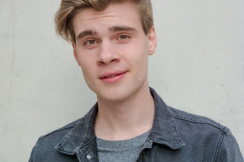 Модель портрета молодого человека подростка любознательная стоковая фотография