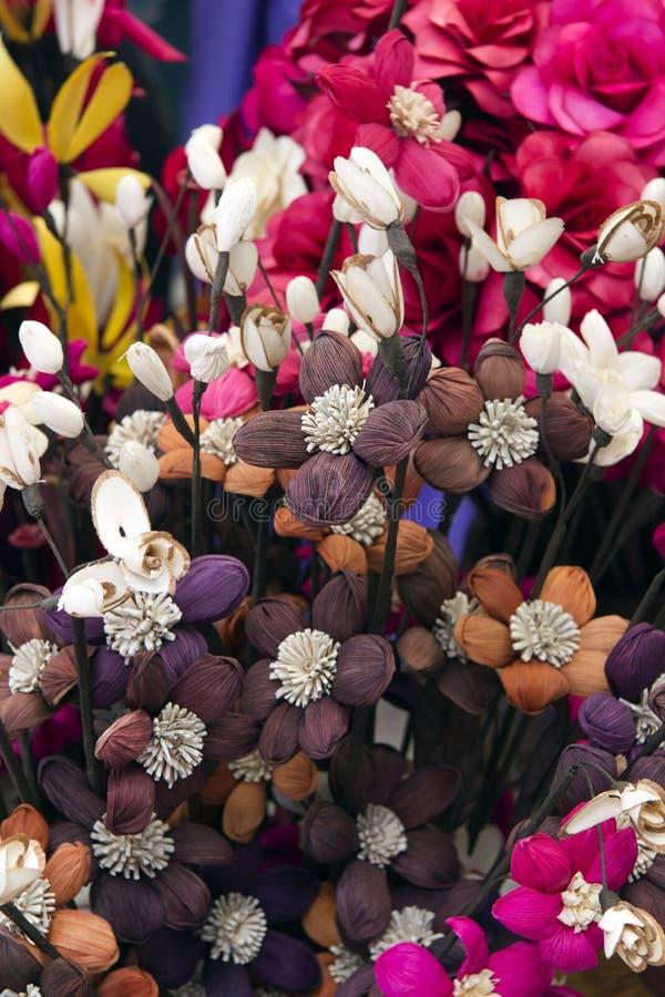 Модель среди flowersl в вазе стоковая фотография rf