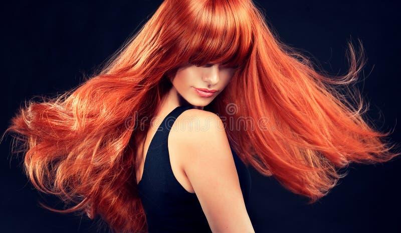 Модель с длинными курчавыми красными волосами стоковое изображение