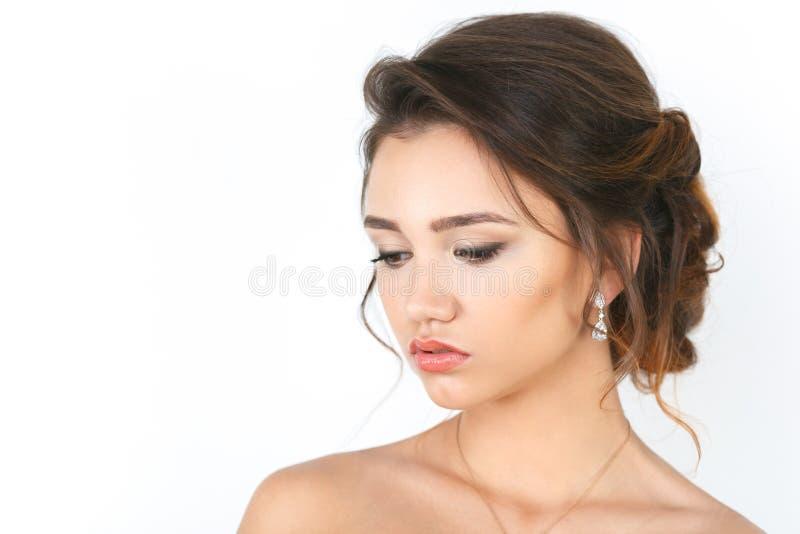 Модель элегантной женщины моды красоты с составом и волосы на белой предпосылке стоковая фотография