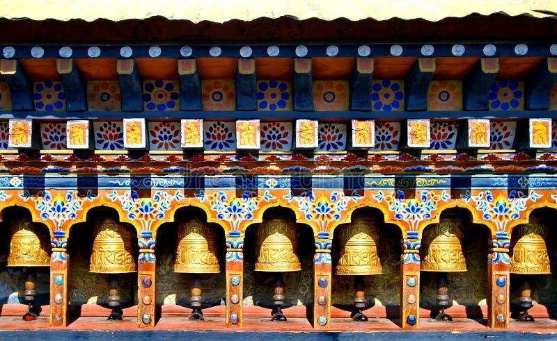 Молитва буддизма Бутана катит внутри висок стоковые фотографии rf