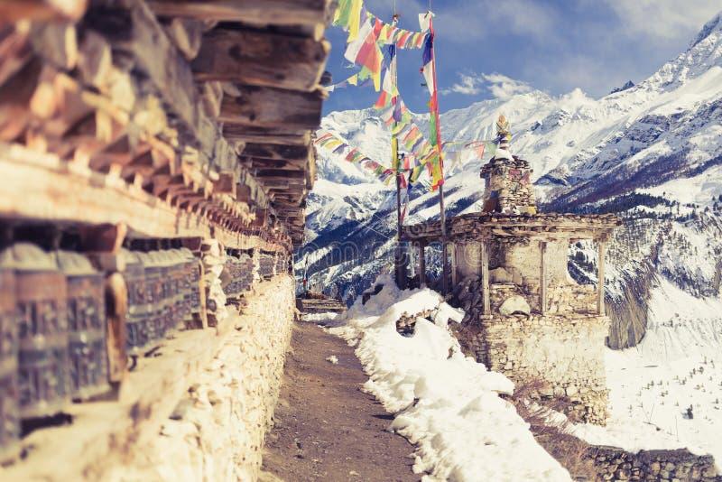 Молитва катит внутри высокие горы Гималаев, деревню Непала стоковое изображение rf