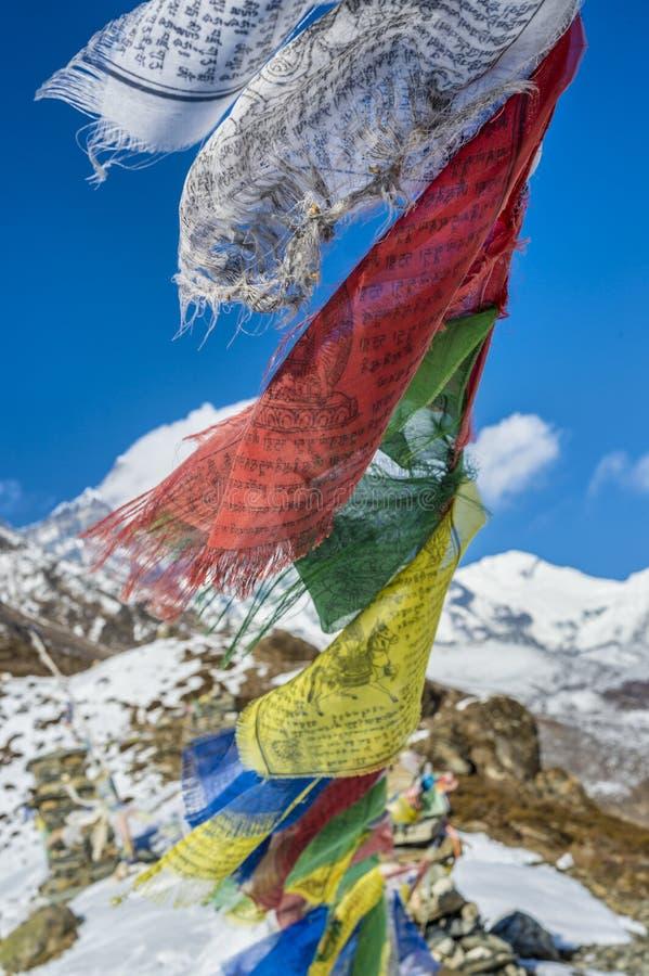Молитва сигнализирует в Гималаях с пиком Ama Dablam в backgr стоковое изображение rf