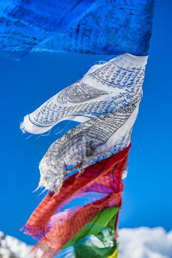 Молитва сигнализирует в Гималаях с пиком Ama Dablam в backgr стоковое изображение