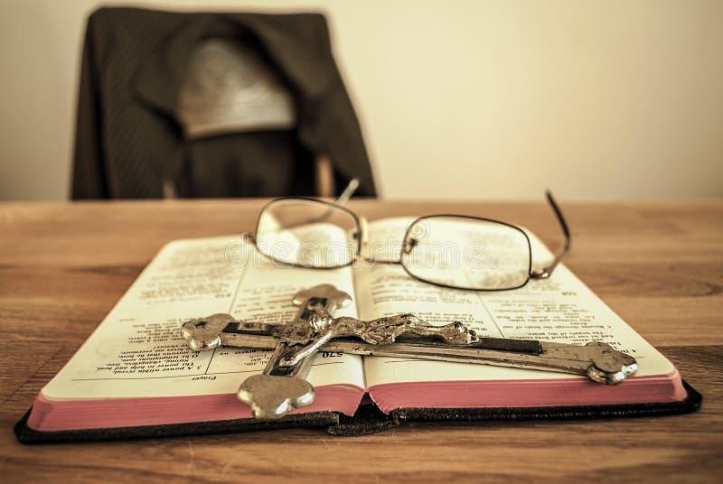 Молитвенник с распятием стоковые фото