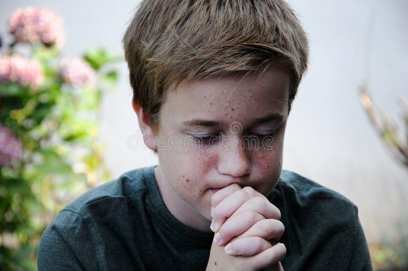 молить мальчика стоковое фото rf