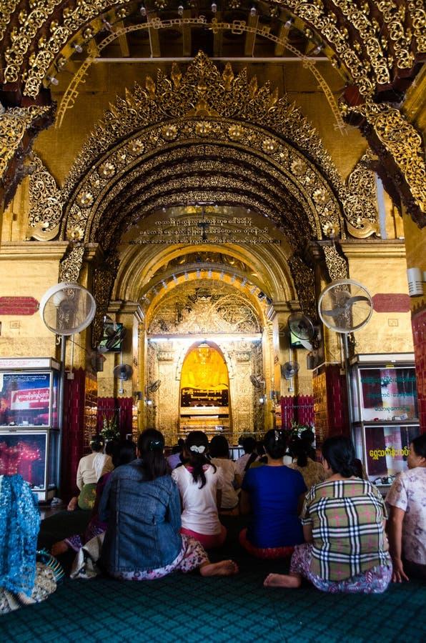 Молить на Mahamuni Paya стоковое изображение