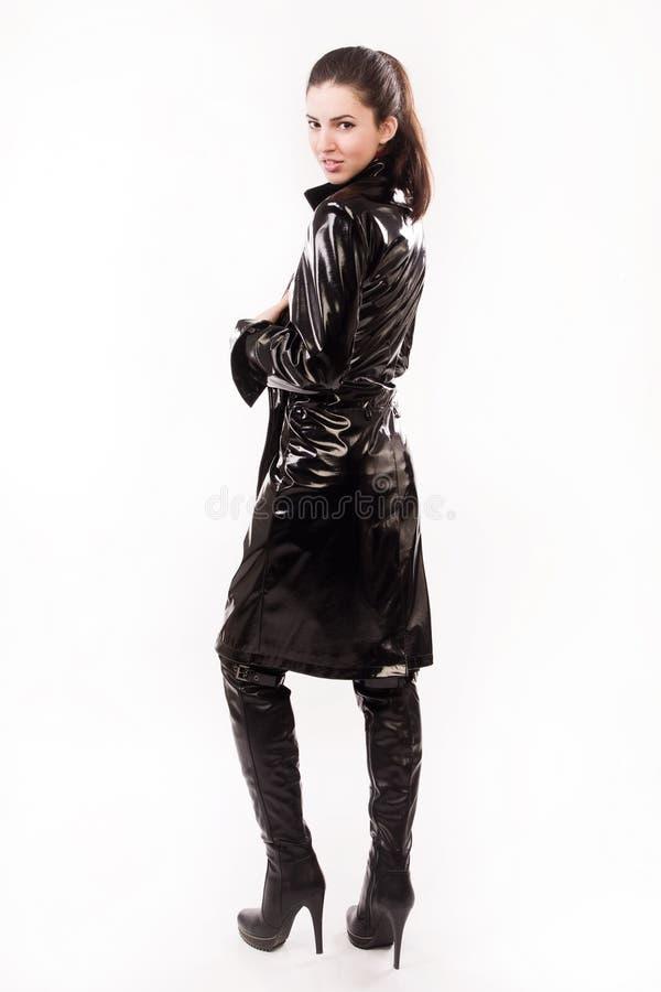 Модная вскользь девушка в черноте стоковые фотографии rf