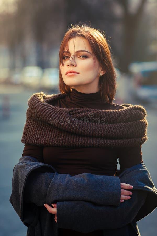 Модная высокомерная женщина на заходе солнца стоковое изображение rf