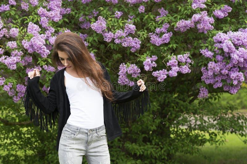 Модная девушка в зеленом парке стоковое фото rf