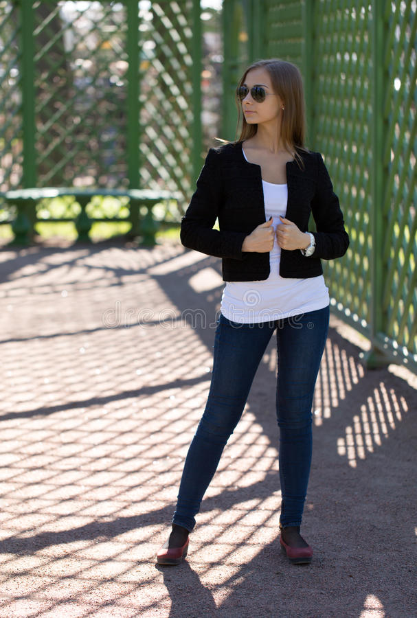 Модная девушка в парнике стоковая фотография