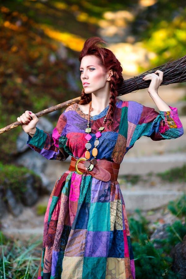Модная девушка держа веник стоковые изображения rf