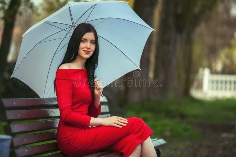 Модная девушка с зонтиком стоковое фото rf