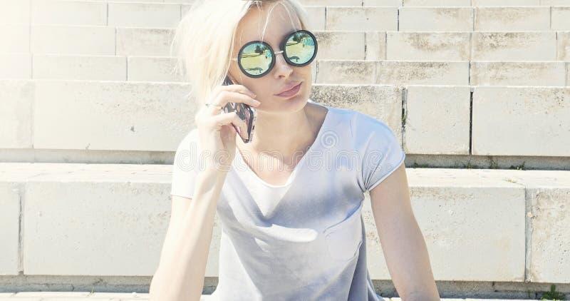 Модная девушка с мобильным телефоном стоковое изображение