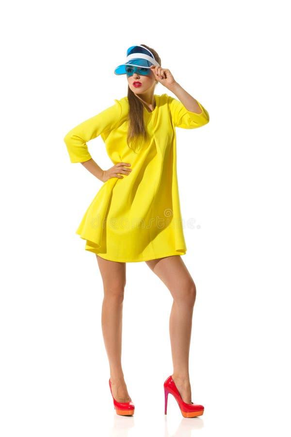 Модная женщина в желтом мини платье стоковое изображение