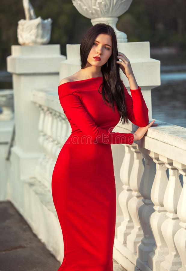 Модная женщина в красном платье стоковое фото