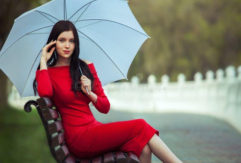 Модная женщина в красном платье стоковое изображение rf