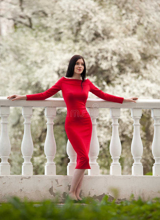 Модная женщина в красном платье стоковые изображения rf