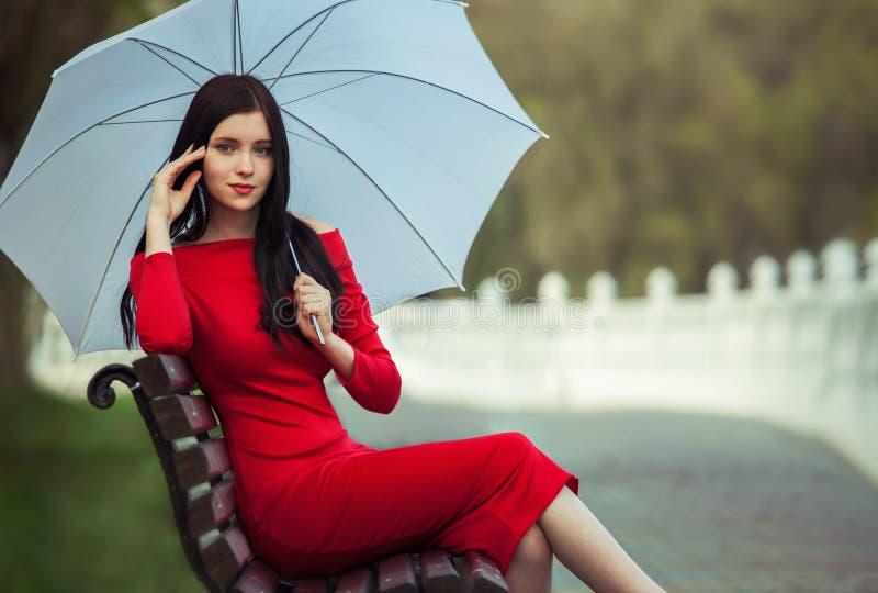 Модная женщина в красном платье стоковые фото