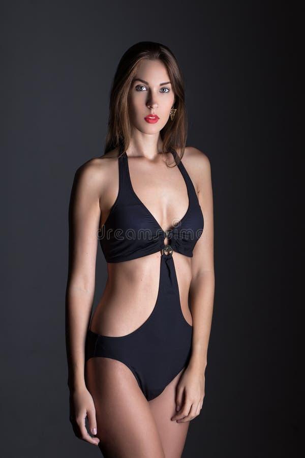 Модная женщина в купальнике на ноче стоковое изображение