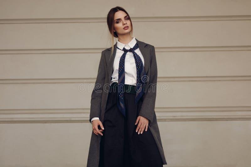 Модная женщина, красивая модель в одеждах моды в улице стоковые изображения rf