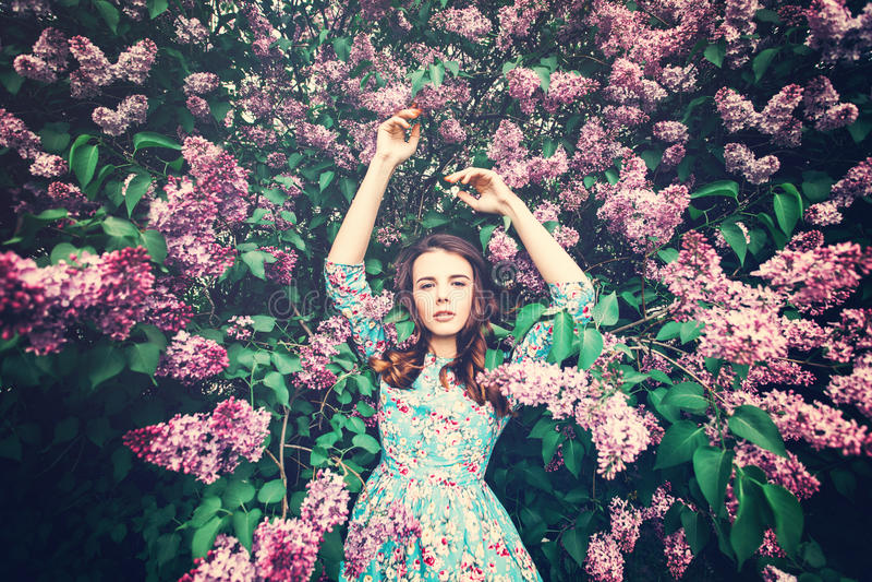 Модная женщина на флористической предпосылке цветения стоковая фотография rf
