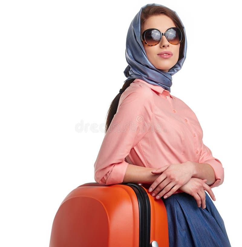 Модная женщина с перемещением чемодана стоковые фотографии rf
