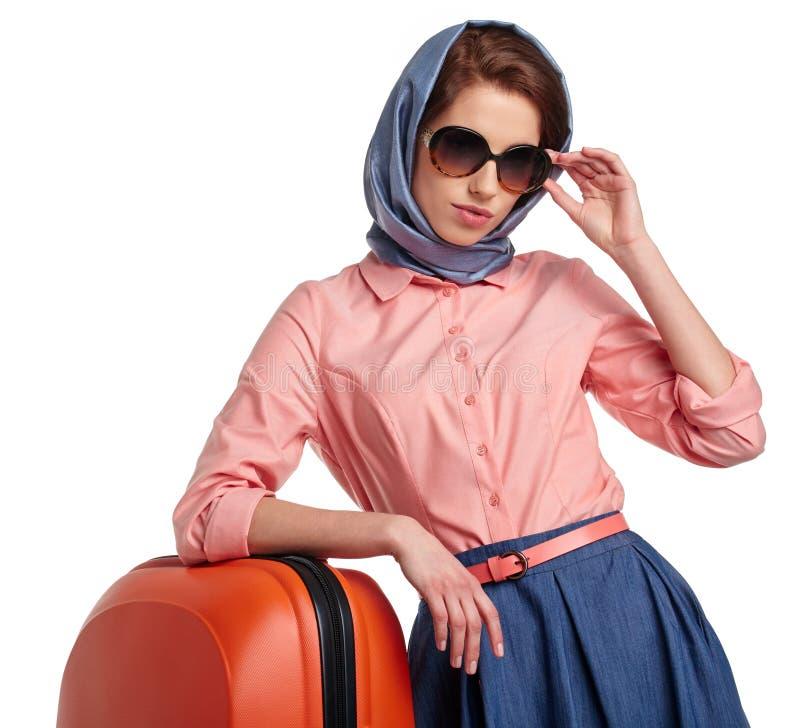 Модная женщина с перемещением чемодана стоковые изображения rf