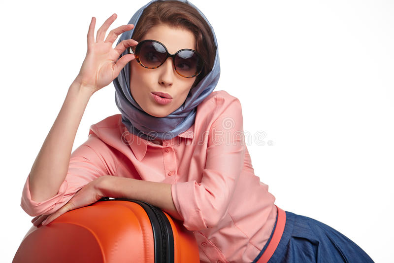 Модная женщина с перемещением чемодана стоковые фото