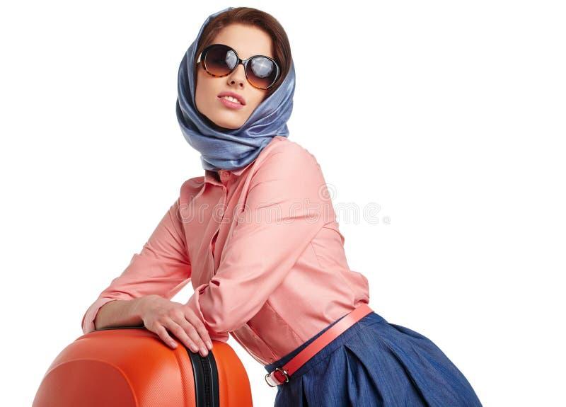 Модная женщина с перемещением чемодана стоковое фото rf