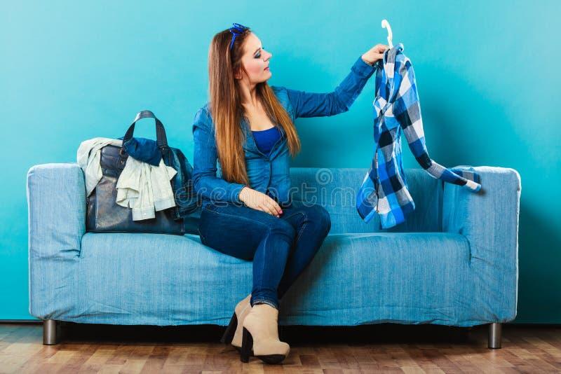 Модная женщина с рубашкой шотландки на кресле стоковая фотография