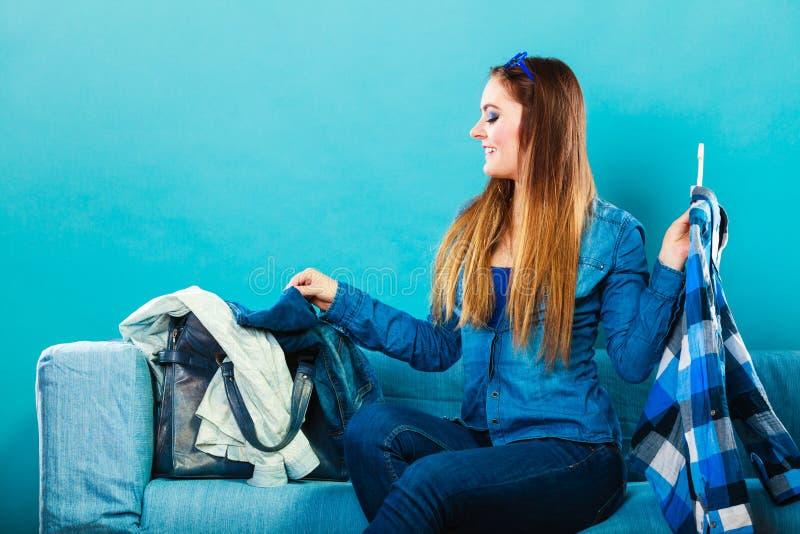 Модная женщина с рубашкой шотландки на кресле стоковая фотография rf