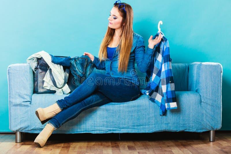 Модная женщина с рубашкой шотландки на кресле стоковое фото rf