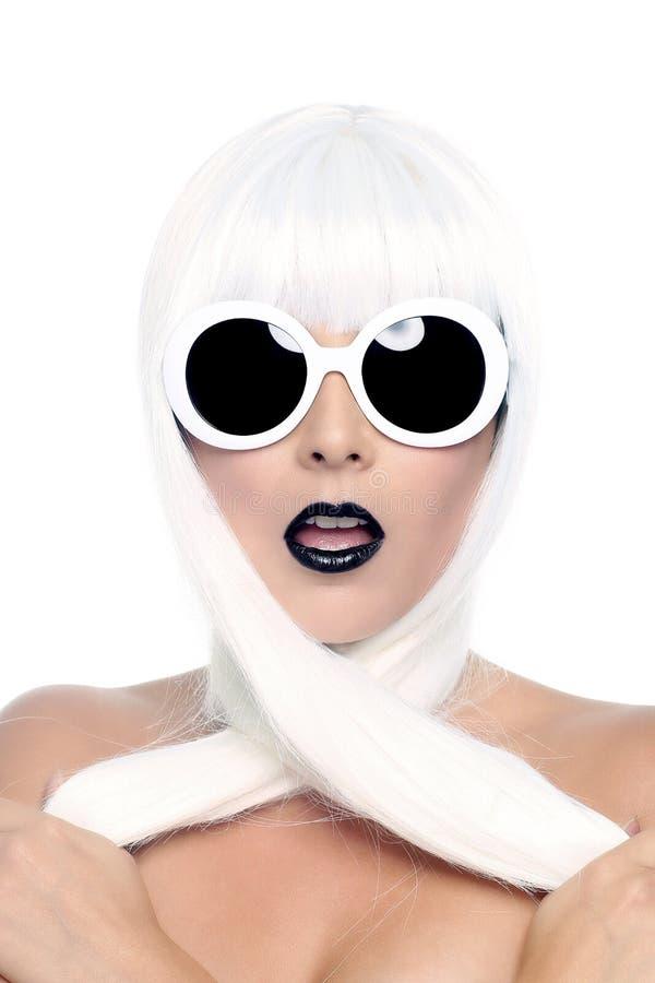 Модная красивая женщина нося введенный в моду крупный план парика стоковая фотография rf